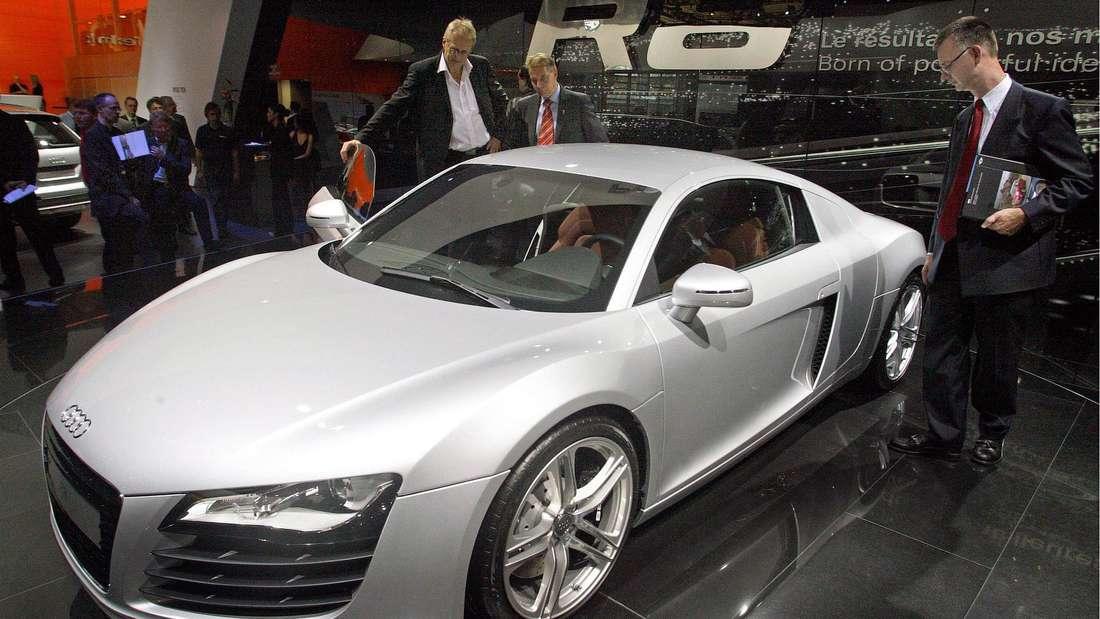 Audi zeigt auf dem Autosalon in Paris im Jahr 2006 die Serienversion des R8 Coupé.