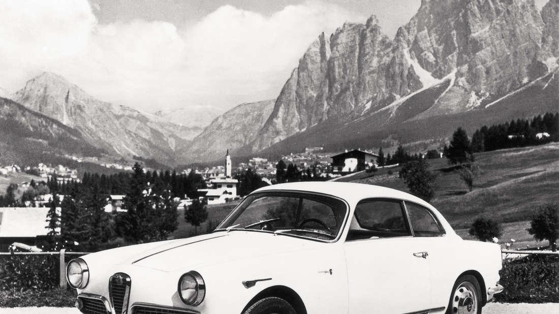 Alfa Romeo Giulietta Sprint 1961 stehen vor Berglandschaft