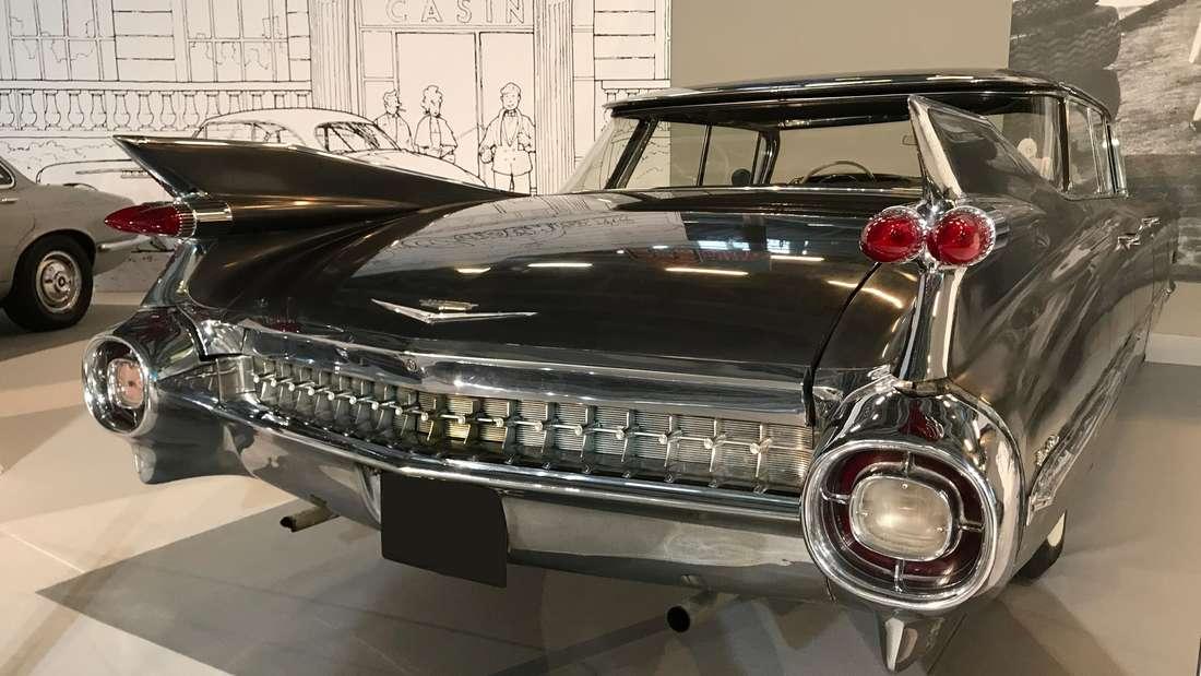 Ein schwarzer Cadillac 62 Sedan.
