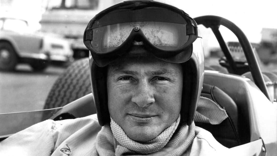 Undatierte Aufnahme des am 30. August 1937 in Auckland geborenen Rennfahrers Bruce McLaren im Cockpit seines Wagens.