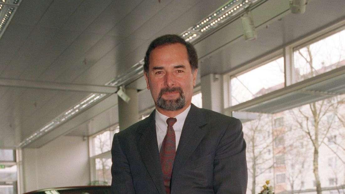 Bernd Pischetsrieder, Vorstandsvorsitzender der BMW AG, sitzt auf dem Archivbild am 25.3.1997 vor Beginn einer Bilanzpressekonferenz in München auf einem Z3-Roadster.