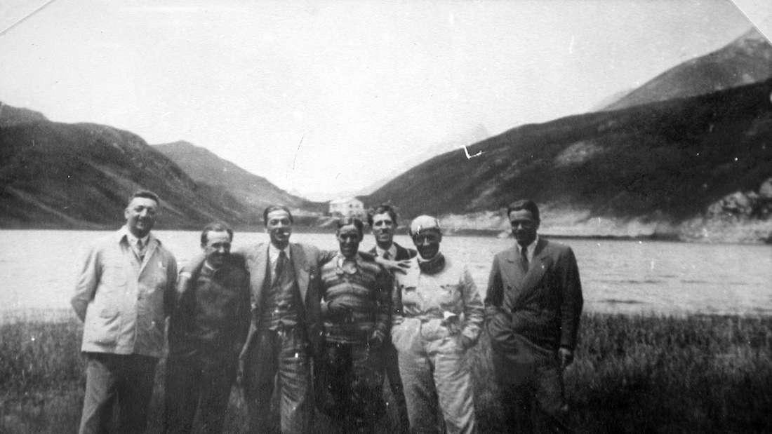 """Alfa Romeo-Rennfahrer der frühen """"Scuderia Ferrari"""", Gruppenbild vor Landschaft"""