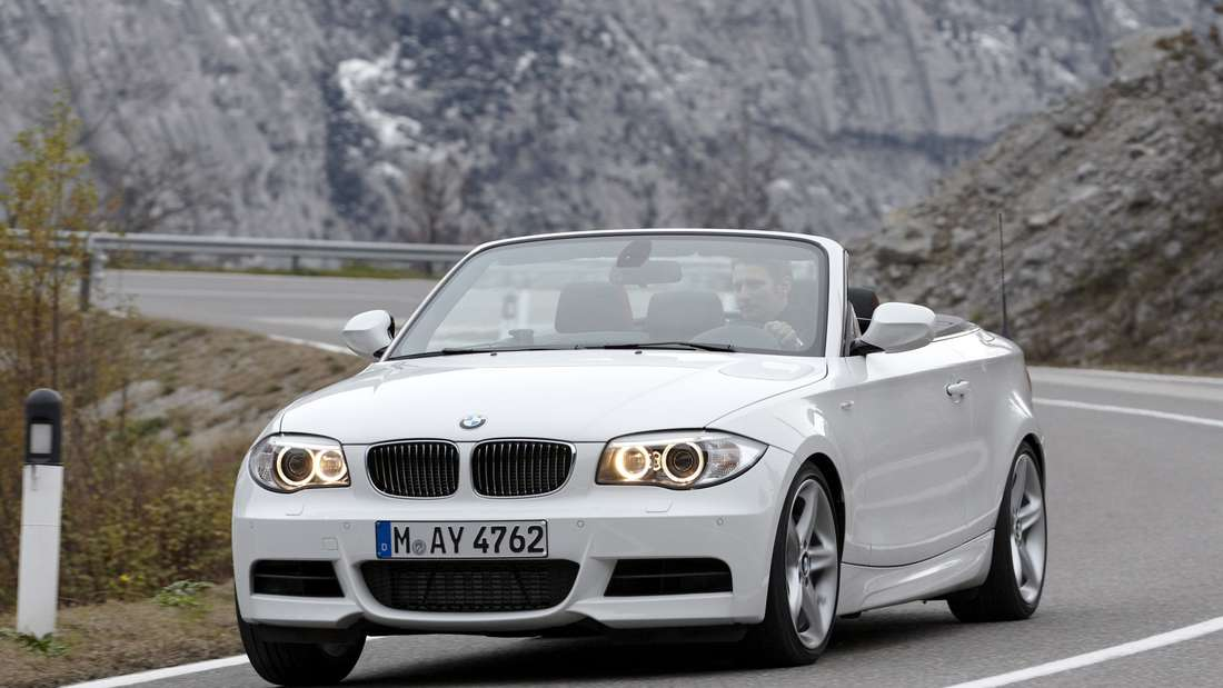 Ein weißes BMW 1er Cabrio (Cabriolet) der ersten Generation E88 nach dem Facelift.