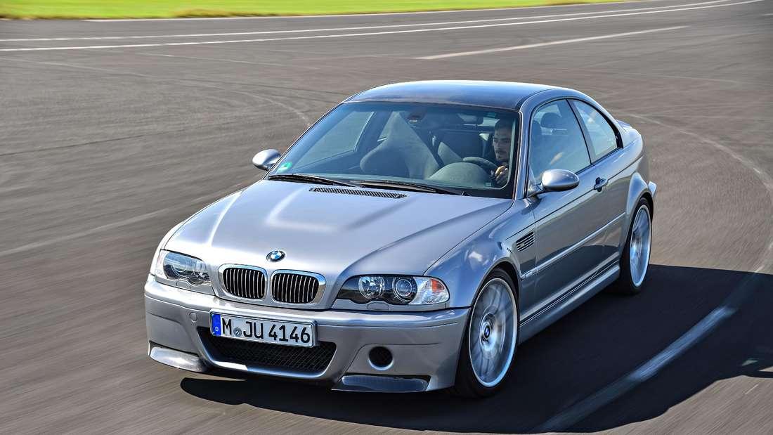 Fahraufnahme eines BMW M3 (silber) der Baureihe E46.