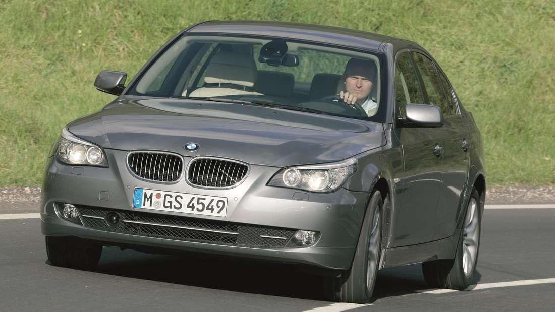 Ein grauer BMW 5er der Generation E60.
