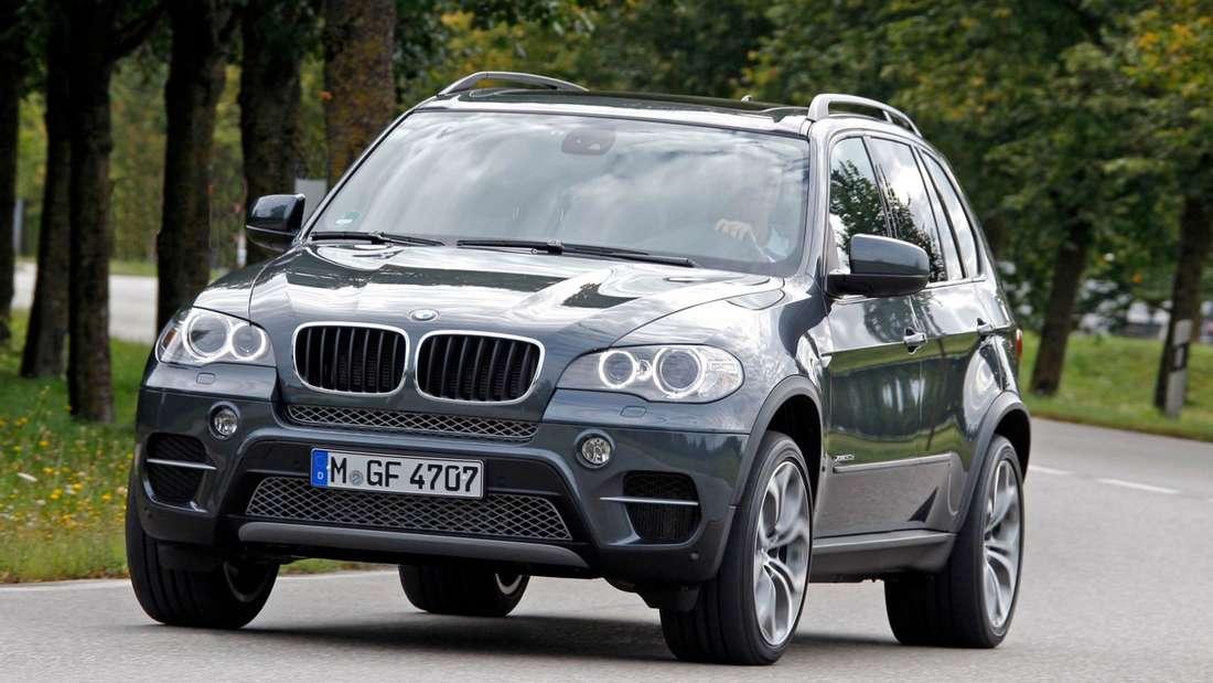 Fahraufnahme eines BMW X5 der Generation E70.