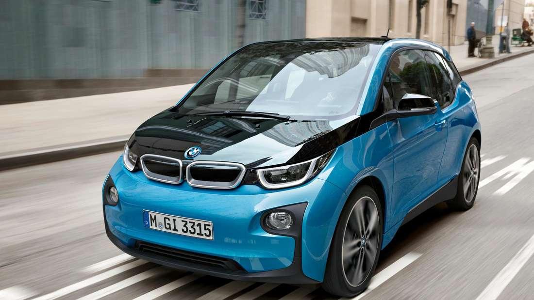 Fahraufnahme eines BMW i3 (blau).