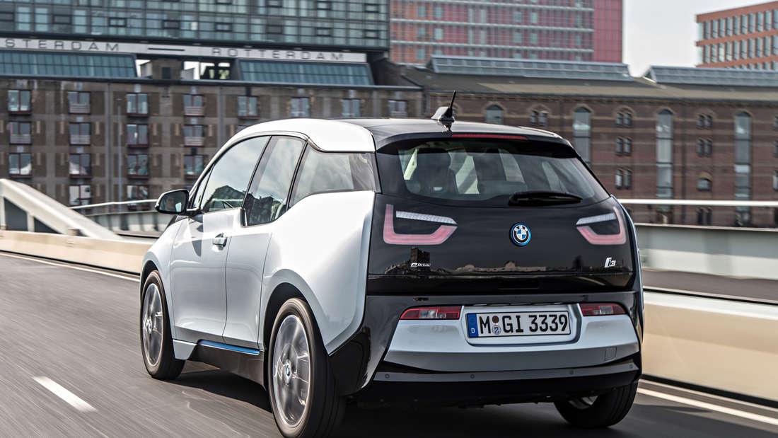 Fahraufnahme (Heckansicht) eines BMW i3 der Generation I01.
