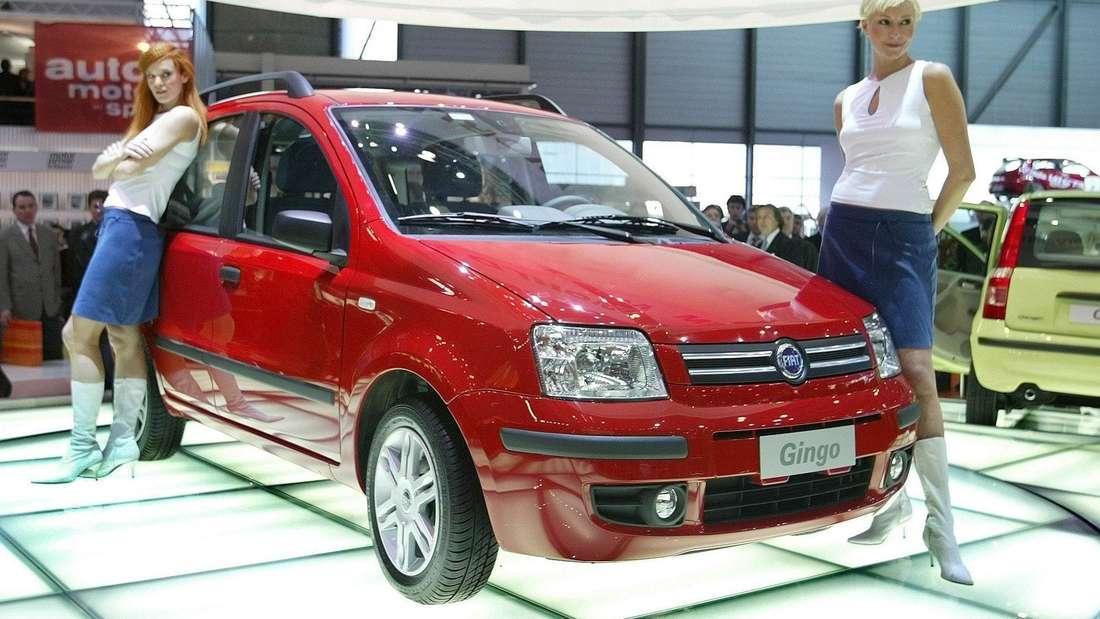 Zwei Models präsentieren am 05.03.2003 auf dem Genfer Autosalon den neuen Fiat Gingo. Das Auto ist eigentlich die zweite Generation des Fiat Panda und wird später wieder umgetauft.