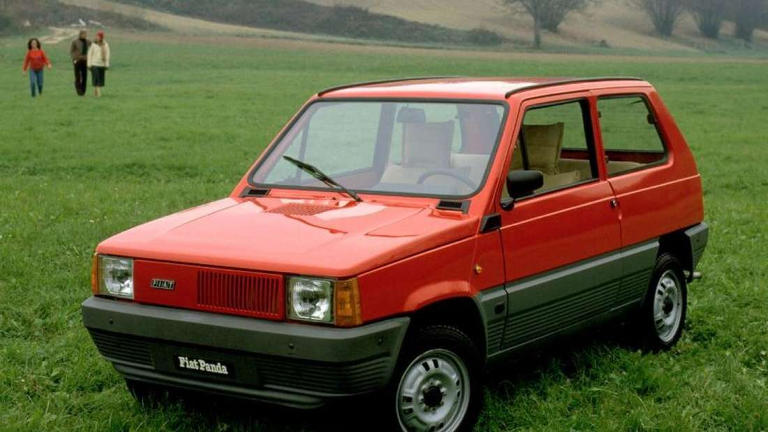 Ein roter Fiat Panda der ersten Generation (Typ 141) steht auf einer Wiese.