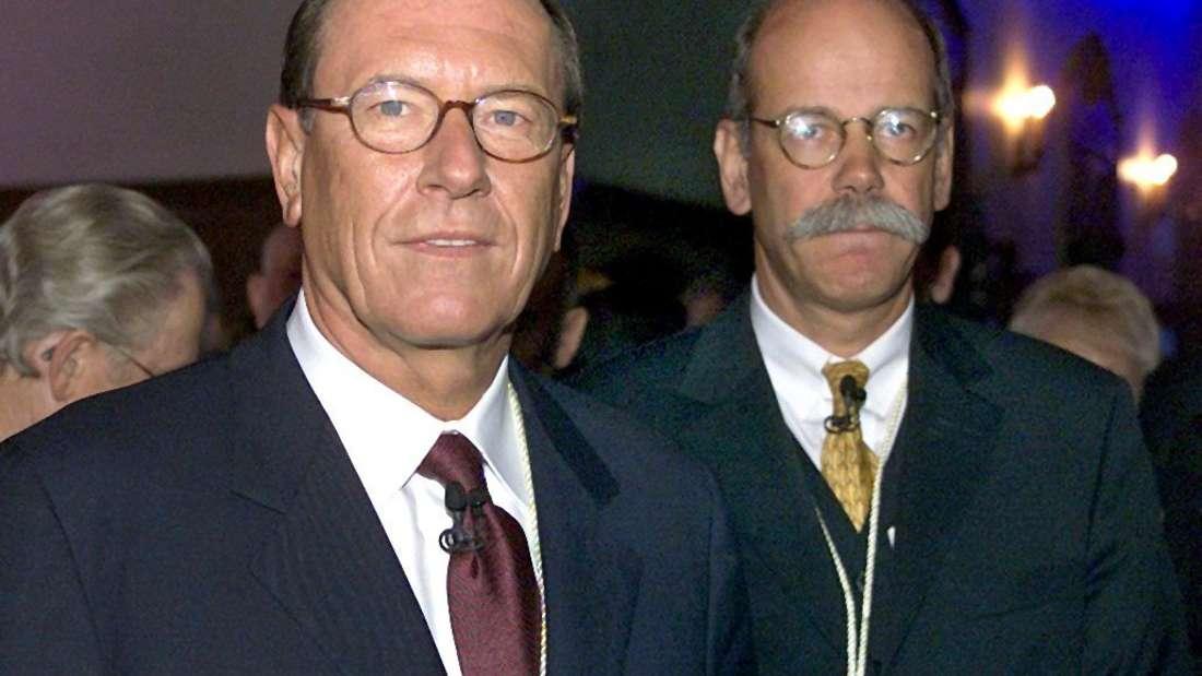 Jürgen Schrempp (l), der Vorsitzende des Stuttgarter Automobilkonzerns DaimlerChrysler, und Chrysler-Präsident Dieter Zetsche am 7.1.2001 bei einem Empfang von DaimlerChrysler im Detroit Jacht Club.