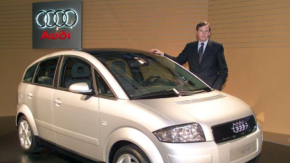 Franz-Josef Paefgen, der Vorstandsvorsitzende des Autoherstellers Audi, präsentiert am 15.11.1999 im Audi-Werk in Neckarsulm das  den Audi A2.