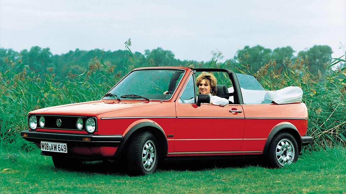 Standaufnahme eines roten VW Golf Cabrio der ersten Generation (VW Golf I).