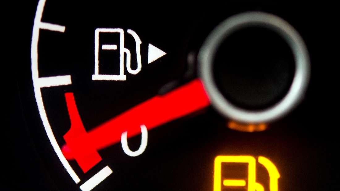 Eine Kraftstoffanzeige beziehungsweise Tankanzeige zeigt einen nahezu leeren Tank an.