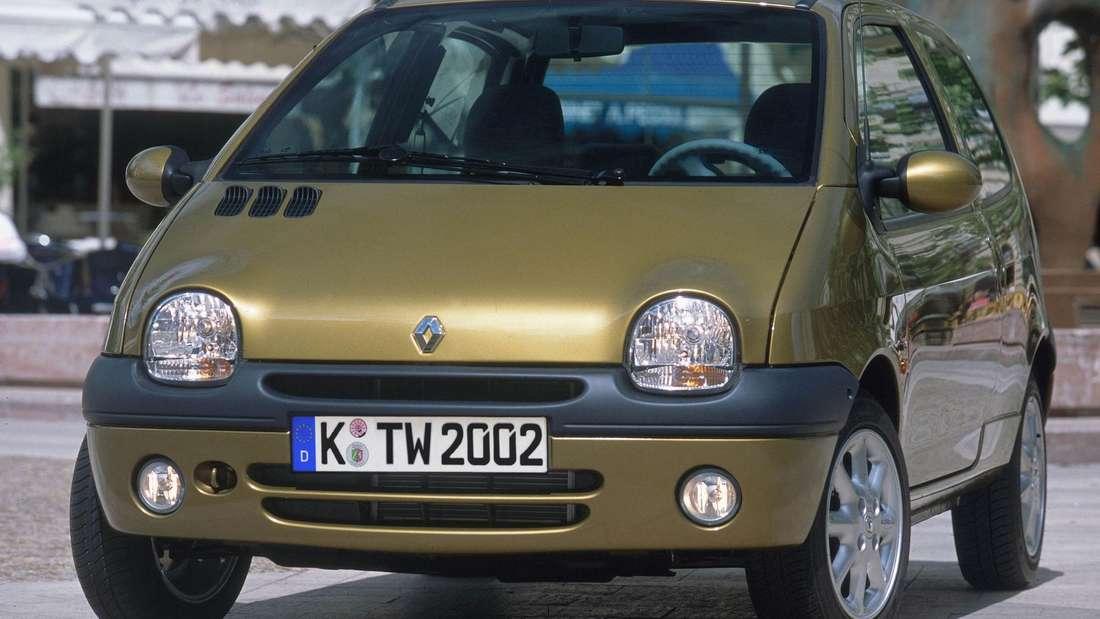 Ein gelber/goldener Renault Twingo der ersten Generation.