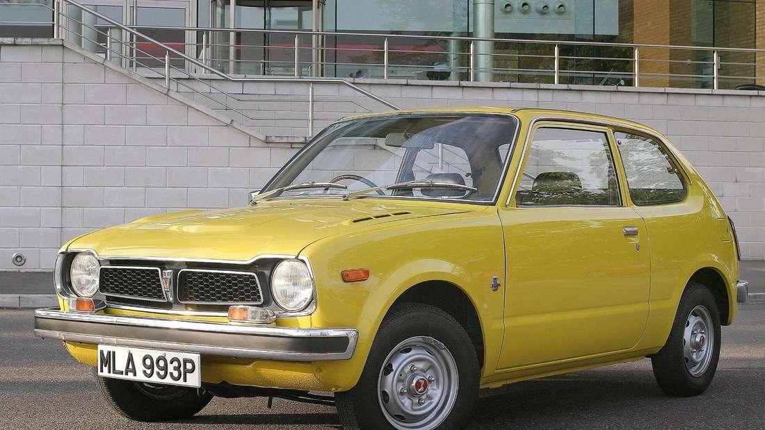 Ein gelber Honda Civic der ersten Generation.
