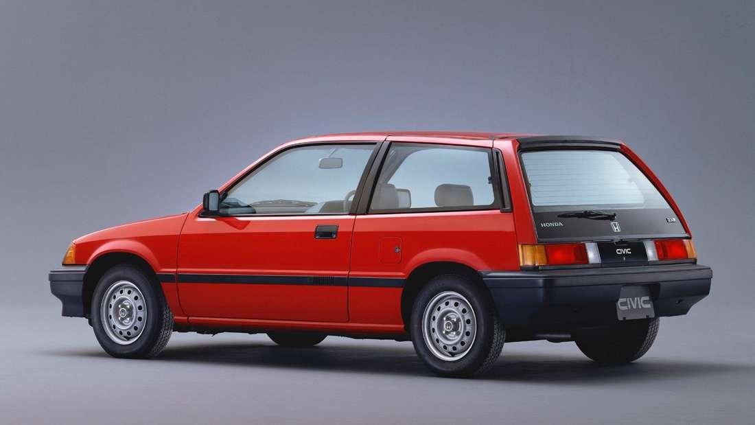 Ein roter Honda Civic der dritten Generation.