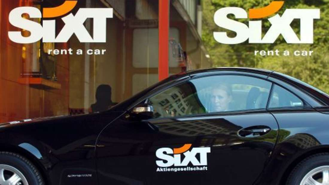 Eine Frau sitzt in einem Leasing-Auto vor Sixt.