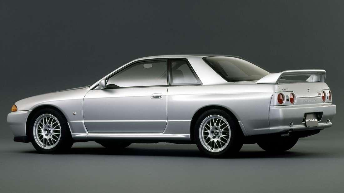 Ein silberfarbener Nissan Skyline GT-R Typ R32 wie er ab 1989 gebaut wurde.