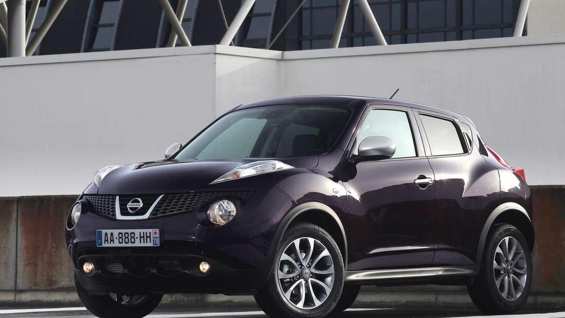 Ein lilafarbener Nissan Juke der ersten Generation.