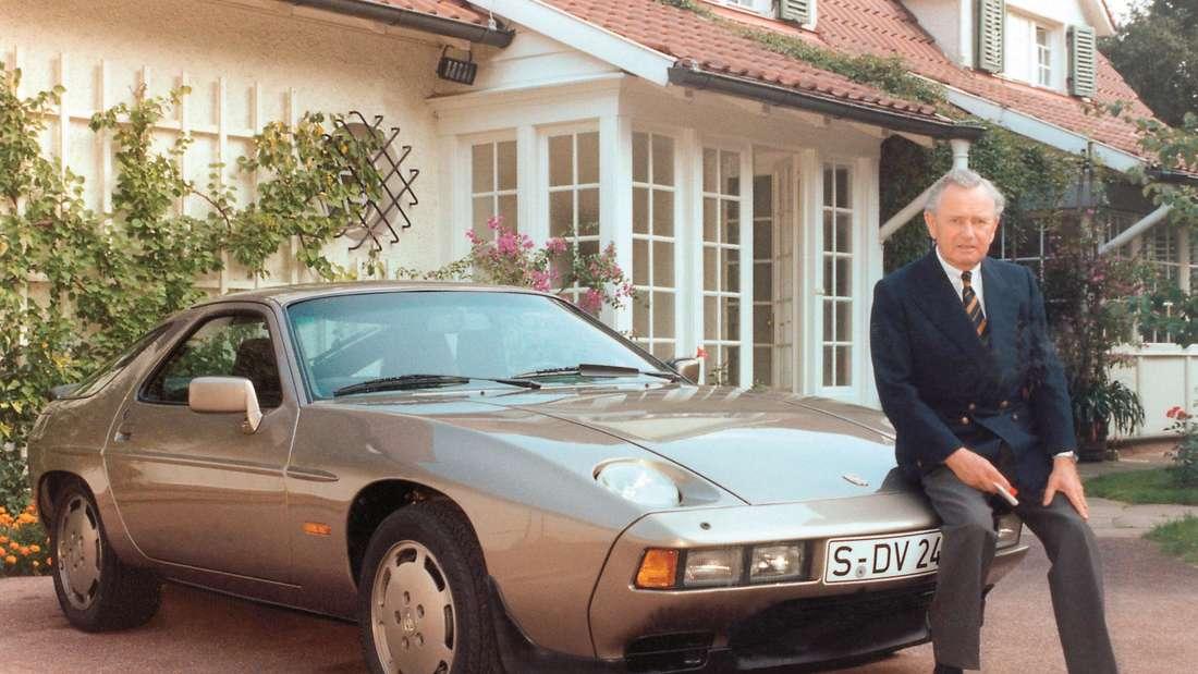 Ferry Porsche lehnt im Jahr 1979 an einem Porsche 928.
