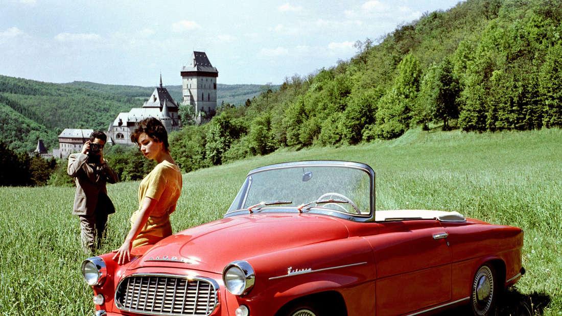 Roter Škoda Felicia Typ 994, gebaut von 1959 bis 1964, auf einer Wiese