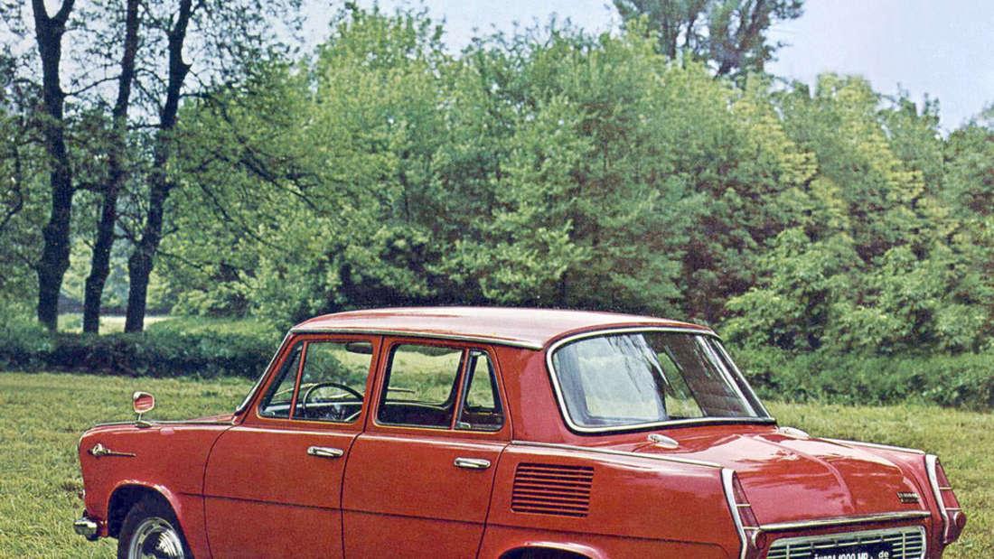 Roter Škoda 1000 MB auf einer Wiese.