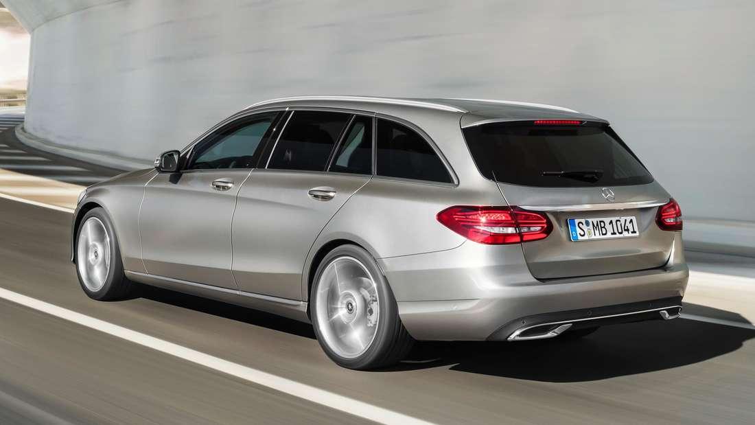 Fahraufnahme einer silberfarbenen Mercedes C-Klasse als T-Modell der vierten Generation (W205).