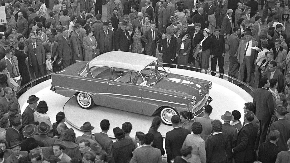 Ein Opel Olympia Rekord P1 steht bei seiner Weltpremiere auf der IAA in Frankfurt 1957.