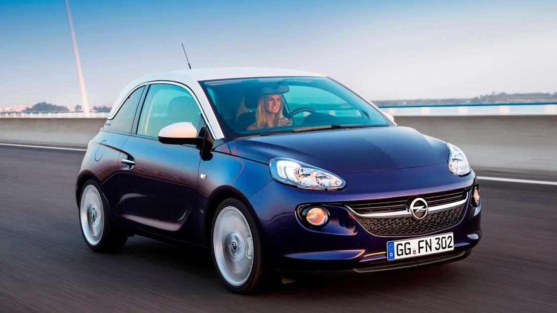 Fahraufnahme eines blauen Opel Adam.