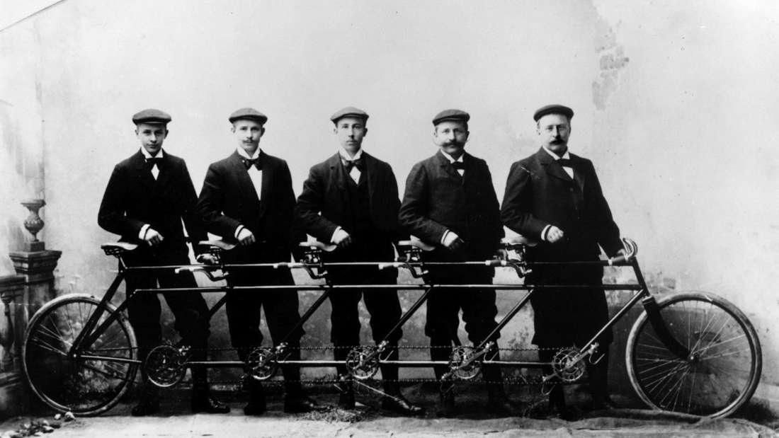 """Die Opel-Brüder Ludwig, Fritz, Heinrich, Wilhelm und Carl (v.l.) mit dem """"Quintuplet"""" (Archivbild von 1895)."""
