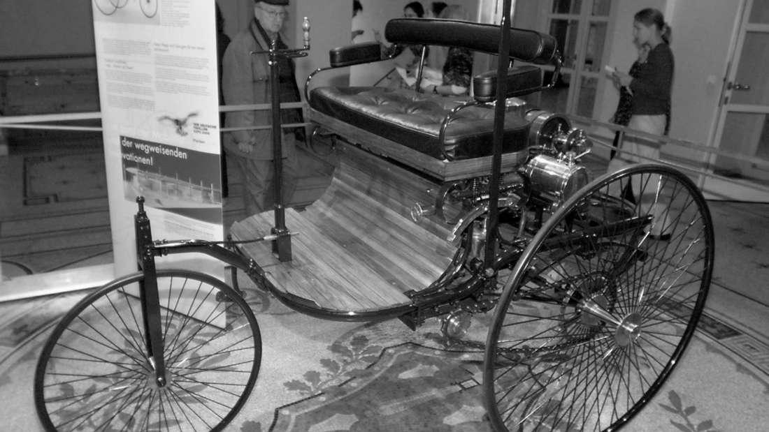"""Der Benz Patent Motorwagen aus dem Jahre 1886 bei der Vorstellung """"Expo 2000 - Beitrag des Landes-Baden Württemberg"""" im Stuttgarter Haus der Wirtschaft."""