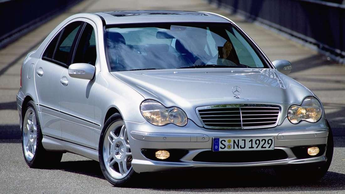 Eine silberfarbene Mercedes-Benz C-Klasse der zweiten Generation (W203).