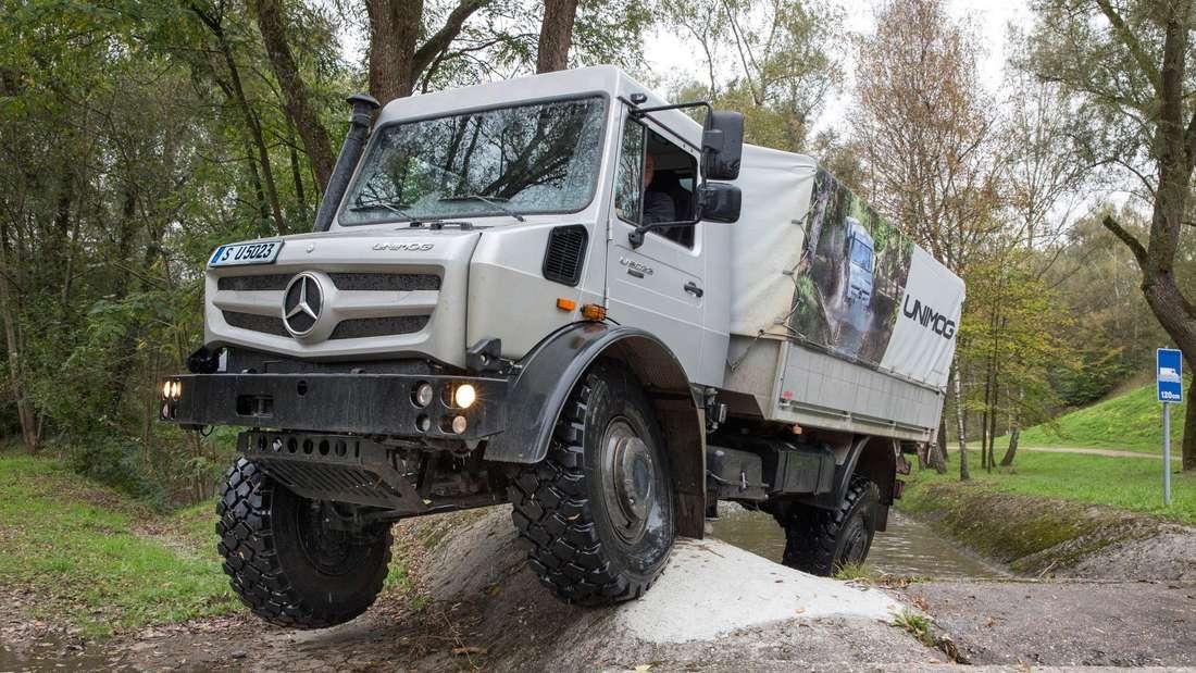 Ein Mercedes-Benz Unimog im Gelände.