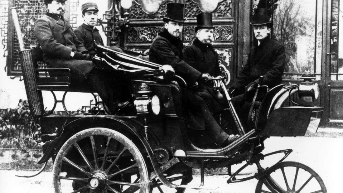 Armand Peugeot präsentiert auf der Weltausstellung in Paris den Peugeot Typ 1, ein dreirädriges Fahrzeug mit Dampfantrieb von Serpollet.