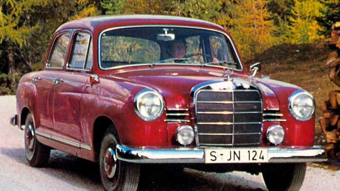 Roter Mercedes-Benz W120 vom Typ 180 auf einer Straße im Wald