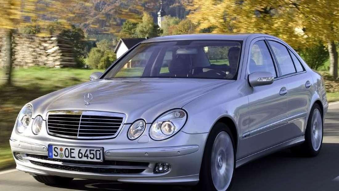 Fahraufnahme eines silberfarbenen Mercedes-Benz vom Typ W211