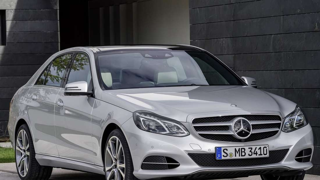 Silberfarbene Mercedes-Benz E-Klasse der Baureihe W212