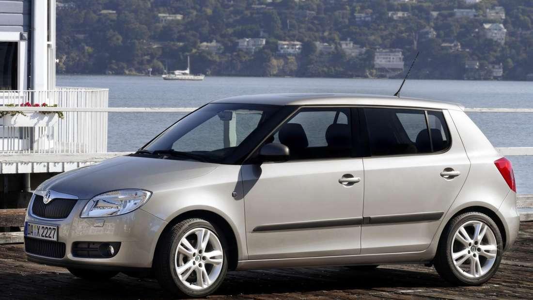 Silberfarbener Škoda Fabia der zweiten Generation