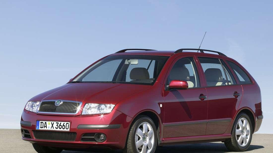Roter Škoda Fabia der ersten Generation