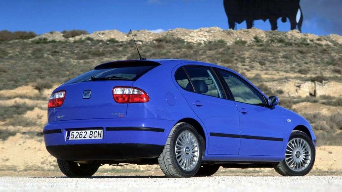 Blauer Seat Leon der ersten Generation, im Hintergrund befindet sich ein spanischer Stier.