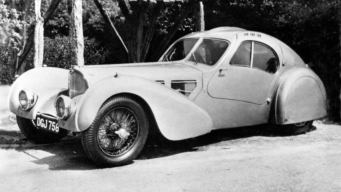 Schwarz-weiß-Aufnahme eines Bugatti Typ 57SC Atlantic.
