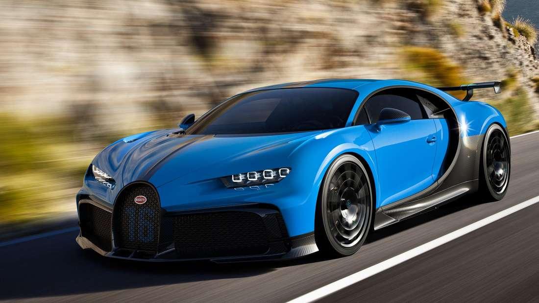 Fahraufnahme eines blauen Bugatti Chiron.