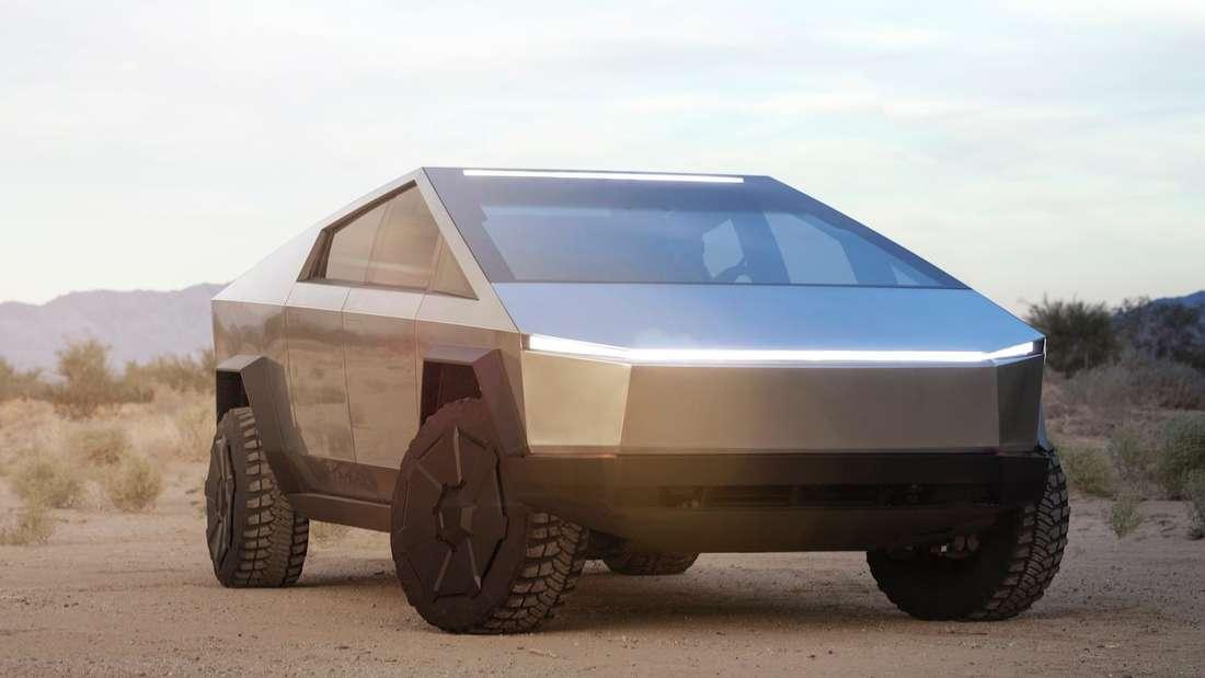 Ein Tesla Cybertruck steht in der Wüste.