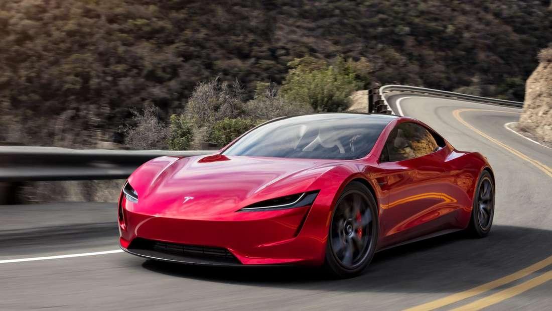 Fahraufnahme eines roten Tesla Roadster 2.0.