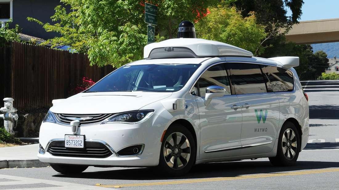 Ein selbstfahrendes Auto der Google-Schwesterfirma Waymo fährt über die Straße.