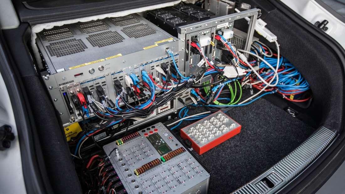 Blick in den mit Elektronik vollgestopften Kofferraum eines Audi A7.