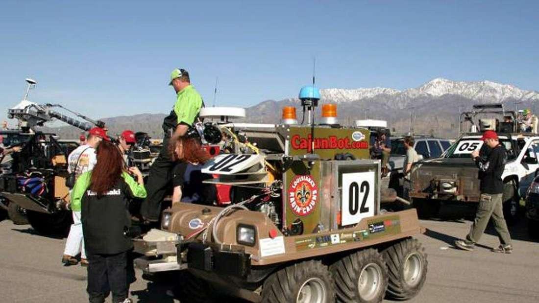 Ein autonomes Fahrzeug am Start des DARPA-Wettbewerbs in der Mojave-Wüste.