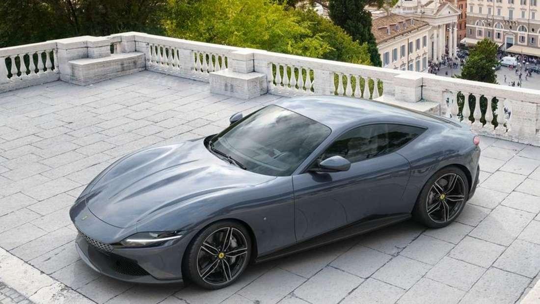 Standaufnahme eines grauen Ferrari Roma.