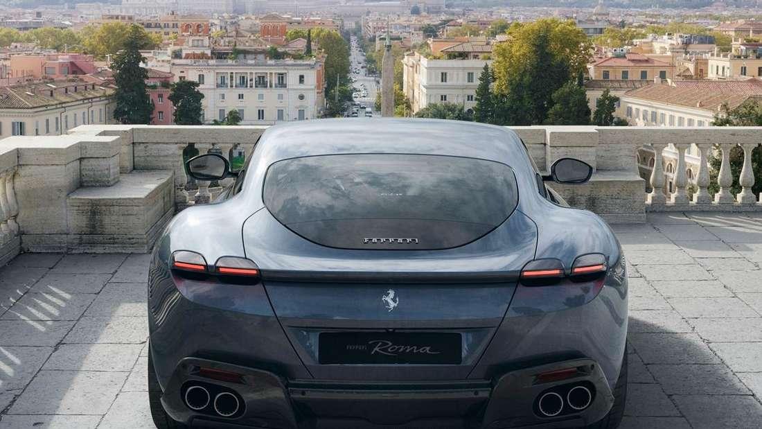 Heckansicht eines grauen Ferrari Roma.